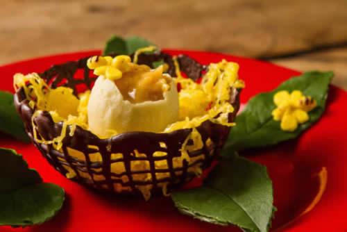 Ninho de chocolate com ovo recheado e fios de ovos